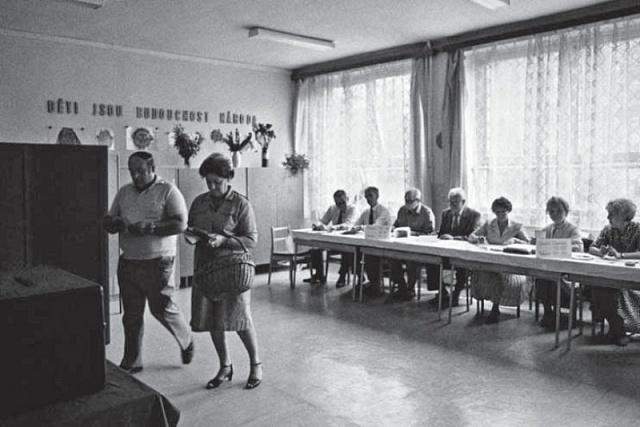 Komunistická diktatura sice zachovala všeobecné volební právo, avšak z 'voleb do zastupitelských orgánů' učinila dobrovolně povinnou demonstraci loajality krežimu