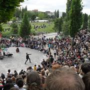 Karaoke na otevřené scéně v berlínském Mauerparku