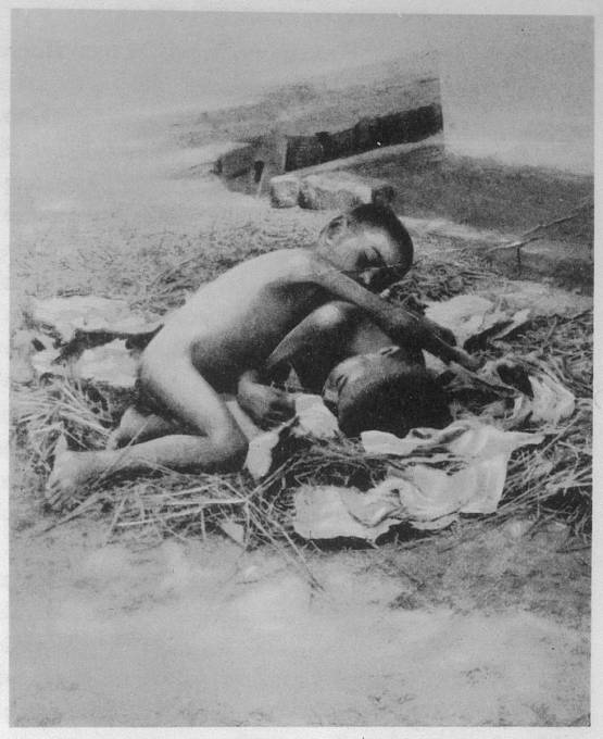 Kamala and Amala, vlčí sourozceni, kteří od 1912-1920 žili s vlky