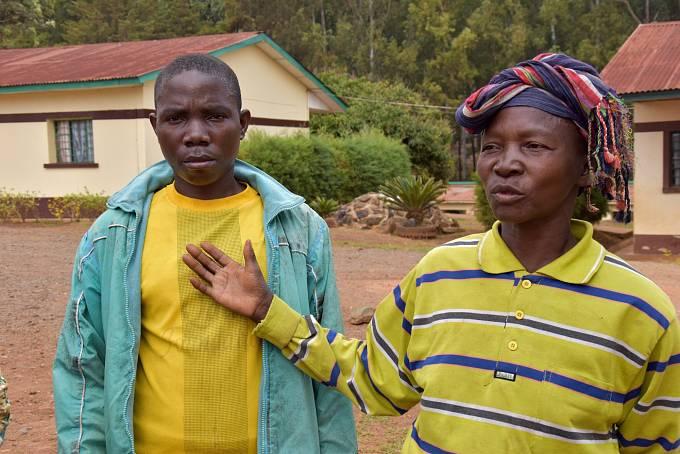 Elisa je nemocný od chvíle, kdy k nim domů vtrhli ozbrojenci a zbili ho.