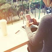 Ženy tráví na sociálních sítích víc času a jsou zde aktivnější