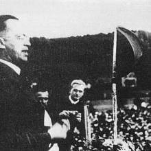 Vůdce SdP Konrad Henlein na shromáždění strany v Karlových Varech v roce 1937