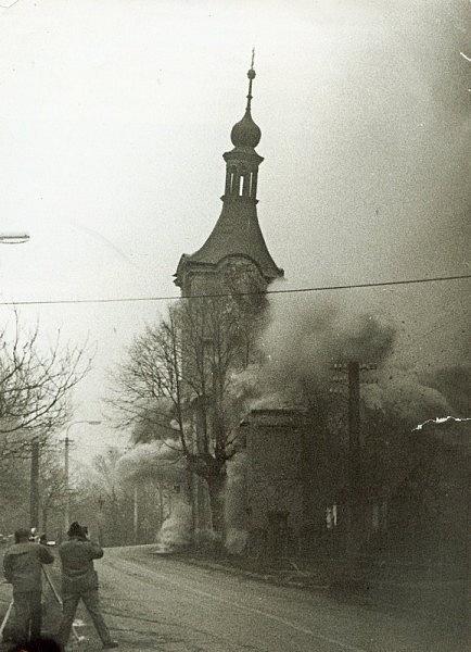 Demolice kostela Nejsvětější trojice ve Stružnici-Jezvé na Českolipsku vprosinci 1972.