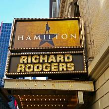 V divadle Richard Rodgers na Broadwayi je Hamilton permanentně vyprodaný. Na černém trhu se prý vstupenky prodávají za osm tisíc dolarů.