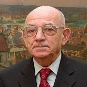 Luboš Dobrovský byl československým ministrem obrany v letech 1990 až 1992