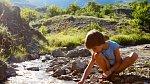 Milují přírodu a rády si hrají s kameny.