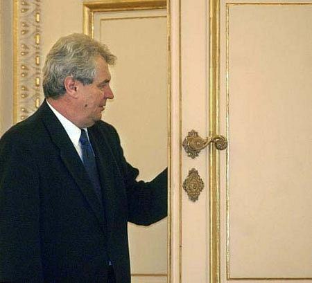 Miloš Zeman opouští Hrad po prezidentském debaklu vroce 2003
