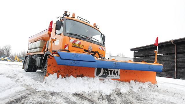 Technika pro zimní údržbu silnic. Silničáři mají připraveny pluhy i frézy.