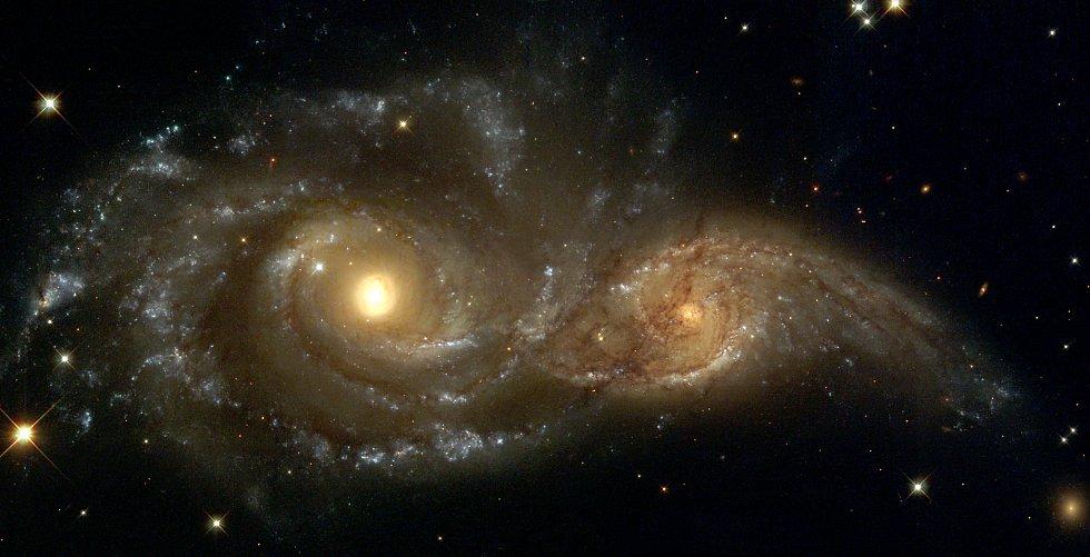 Vlevo galaxie NGC 2207, vpravo IC 2163. Fotku pořídil v roce 1999 Hubbleův vesmírný teleskop.