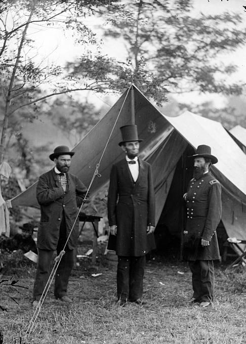 Abraham Lincoln, Allan Pinkerton a John Alexander McClernand při návštěvě bitevního pole u Antietamu 3. října 1862