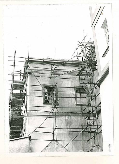 Lešení se shořelými  podlážkami - po něm se požár rozšířil na střechu jižního křídla rezidence a severního ambitu