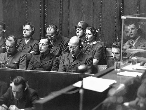Herta Oberheuser na lavici obžalovaných během Norimberského procesu