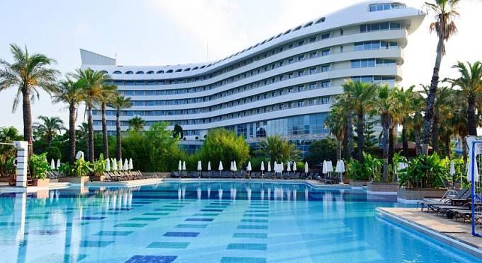 Francouzi se mohou v Antalyi cítit jako doma v hotelu, který připomíná slavné nadzvukové letadlo Concorde.