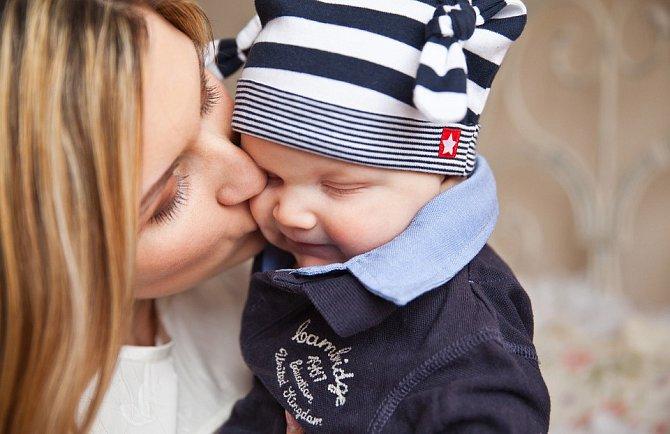 Děje se však tomu jen proto, aby se žena mohla plně soustředit na péči o dítě.