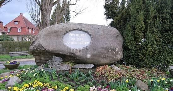 Památník Jana Husa na břehu Bodamského jezera v Kostnici z roku 1862 je historicky prvním Husovým pomníkem.