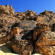 Pískovcový Ennedi Massif pozměnily přírodní živly v systém hlubokých kaňonů a přírodních oblouků. Je to zároveň jedna z nejbohatších sbírek nástěnných maleb na Sahaře.