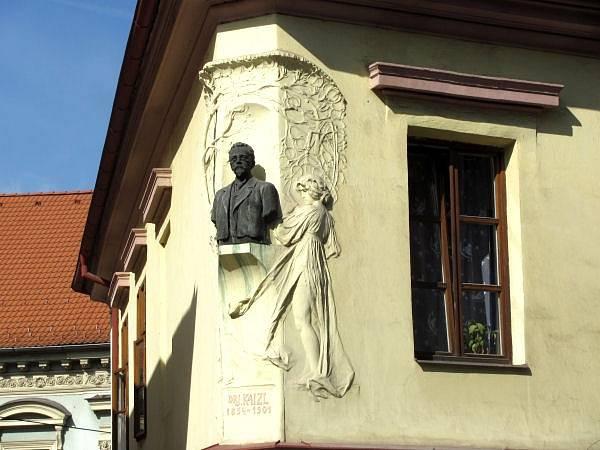 Busta Josefa Kaizla na jeho rodném domě v pošumavské Volyni