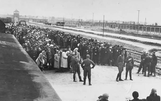 Mezitím do táborů přijížděly vlaky plné lidí odsouzených k smrti.