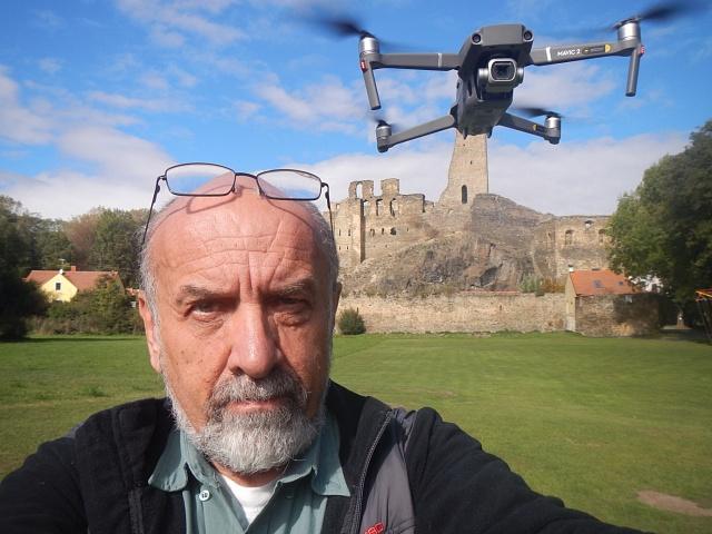 Jan A. Novák s dronem před Okoří - hradem s údajnými tajemnými podzemními chodbami a ukrytým pokladem