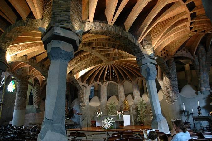 Krypta zamýšleného kostela v Güellově kolonii v Santa Coloma de Cervelló nedaleko Barcelony z roku 1898.