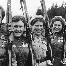 Nina Lobkovská (vlevo) s kamarádkami odstřelovačkami