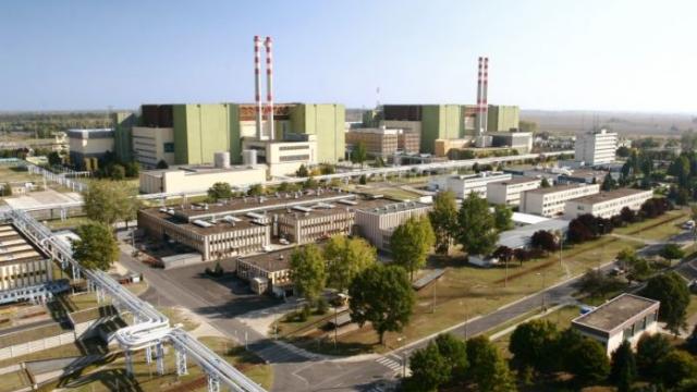 Pohled na starší bloky jaderné elektrárny Paks v Maďarsku. Do 10 let k nim mají přibýt dva nové.