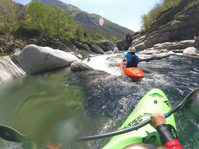 Záběr z helmy kajakáře Petera Csonky na vstupu do peřeje na řece Verzasca