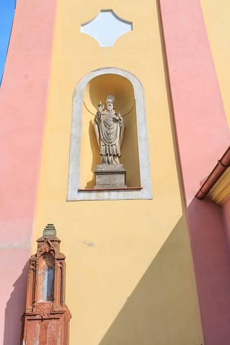 Vojtěch patří mezi nejoblíbenější české světce a s jeho sochami se setkáme i na mnoha domech