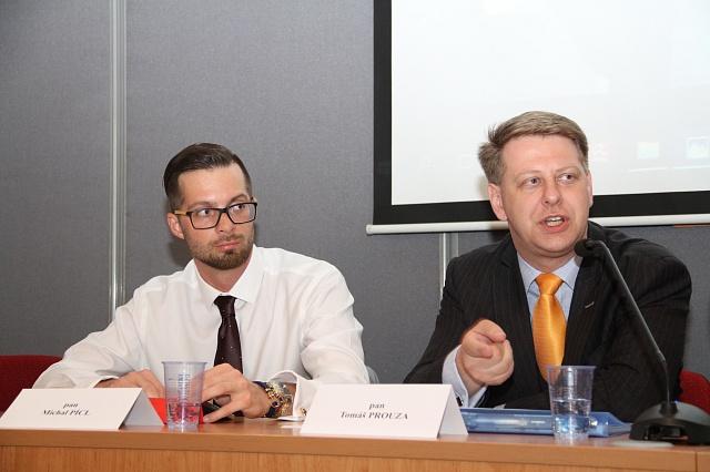 Primárním cílem vlastnické účasti státu vpodnicích tedy není jen vytváření zisku. Jsou to firmy strategického významu, tvrdí ekonomický expert ČSSD Michal Pícl (vlevo).