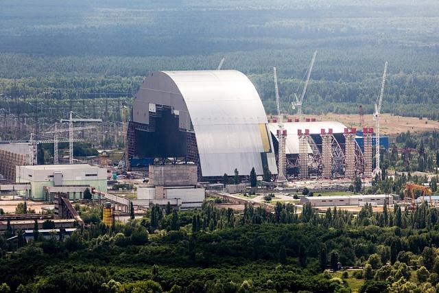 Nový sarkofág, který překryje havarovaný reaktor číslo 4, zvelké části financuje Evropská unie. Je už těsně před dokončením.