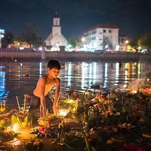 """Svátek Loi Krathong se koná ve stejném termínu jako Yi Peng – lidé při něm na vodu pouštějí """"krathongy"""", malé zdobené lodičky se zapálenou svíčkou a přáním."""