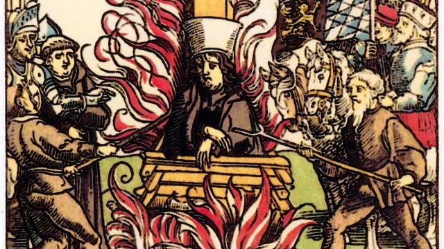 Upálení Jana Husa. Ač omilostněn, nikdy nezbaven nálepky kacíře