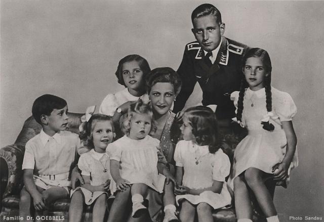 Život Magdy Goebbelsové připomíná antickou tragédii: Než aby její děti zažily plápolat rudou vlajku, raději je zabije.