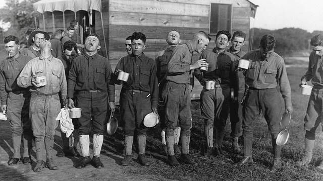 Američtí vojáci kloktají slanou vodu v prevenci před španělskou chřipkou (1918)