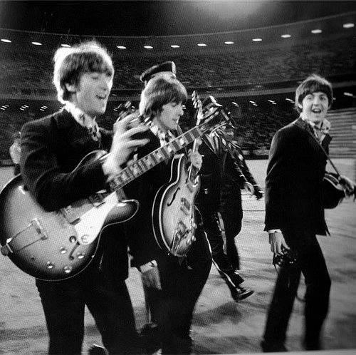 The Beatles přicházejí na pódium při svém poslendím koncertu v San Franciscu v roce 1966.