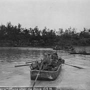 Zahájení ofenzívy – útočící jednotky se přepravují na druhý břeh na člunech, nebo překračují řeku po pontonových mostech.