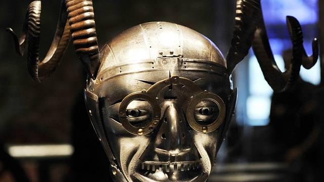 """Pověstná a velmi """"originální"""" rohatá helma Jindřicha VIII. od nejslavnějšího zbrojíře Konrada Seusenhofera"""