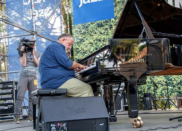 Klavírista Luigi Bonafede hraje na charitativním koncertě vrámci akce Italský jazz pro Amatrice. Koncerty se konaly vŘímě, L'Aquile a dalších 20italských městech.
