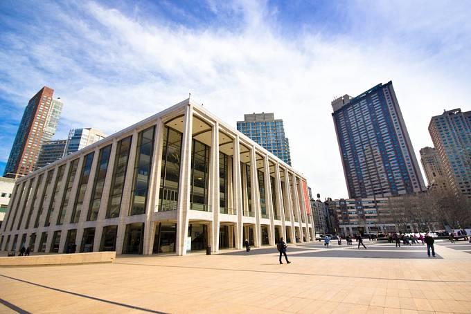 Metropolitan Opera v New Yorku se nachází na Manhattanu. Patří k nejdůležitějším operním scénám ve světě a její historie sahá až do roku 1880.