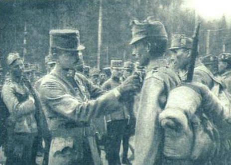 Císař osobně připíná vojákovi vyznamenání