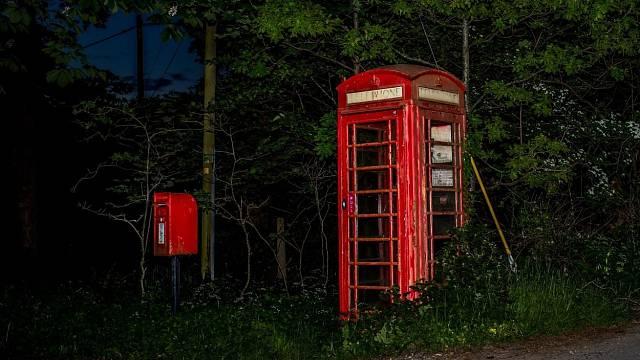 Z této telefonní budky byste volat nechtěli. A co teprve v ní přijmout hovor?
