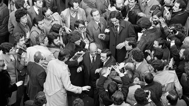 Je právě 24. února 1981. Novináři a občané vítají před budovou parlamentu v Madridu poslance, které pučisté drželi 17 hodin jako rukojmí.