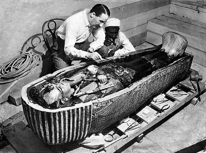 Britský egyptolog Howard Carter se sklání nad mumií krále Tutanchamona