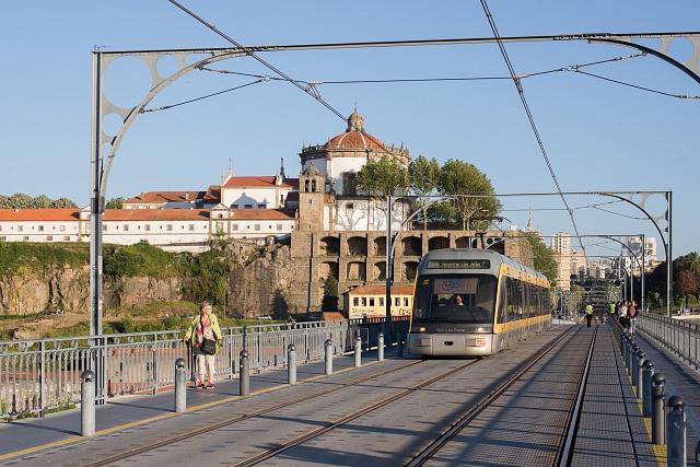 Metrotramvaj vhorním patře mostu Ponte Luis I