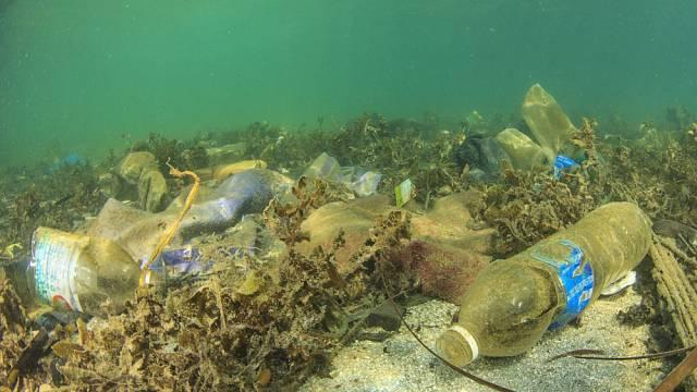 Nejen moře, ale i jezera a řeky jsou zanesené plastem.