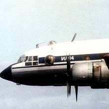 Pohled z kokpitu sovětského letadla Il-14 Crate zachycuje americké letadlo HC-130 Hercules, jež se podílelo na pátrací akci