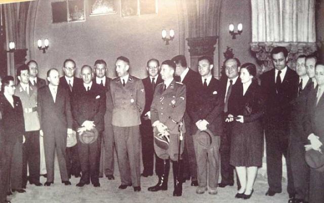 Aktivističtí novináři vKrakově po porážce Polska na podzim 1940.První zprava Emanuel Vojtauer, sedmý zprava Karel Lažnovský.