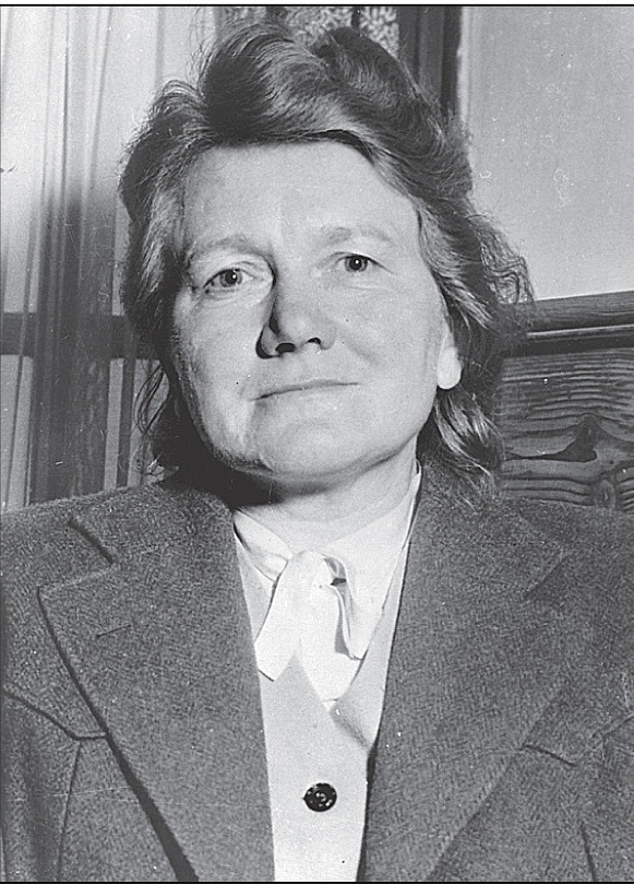 Paula Hitlerová si později změnila příjmení na Wolffová.