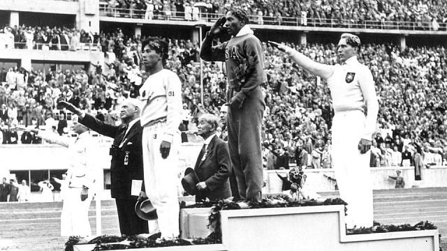 Vítězný americký atlet Jesse Owens
