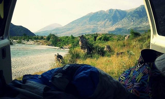 Klid, hory, řeka - itakhle může vypadat vaše ráno vAlbánii